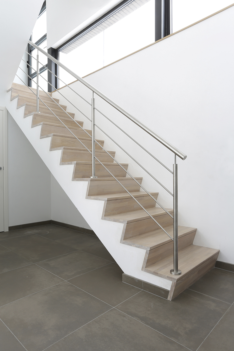 D 39 hondt interieurhouten trap met vernis en gesloten z for Photos escalier interieur moderne